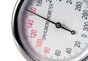 Blutdruckmesser der zu hohen Blutdruck anzeigt