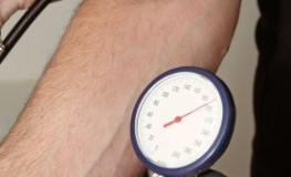 Blutdruckmessung bei einem Probanten