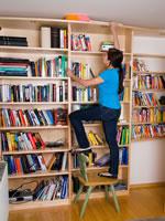 Sturz vom Bücherregal