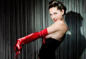 Burlesque Tänzerin lässt die Hüllen fallen