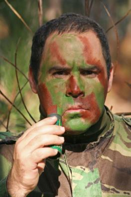 Soldat: Camouflage - Hitzebeständige Tarnfarbe fürs Gesicht