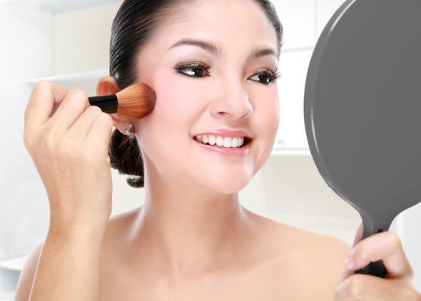 Camouflage Make-up deckt kleine Schönheitsfehler ab.