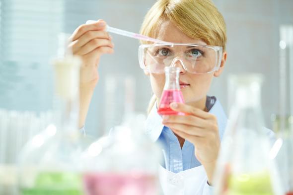 Chemikerin arbeitet im Labor.