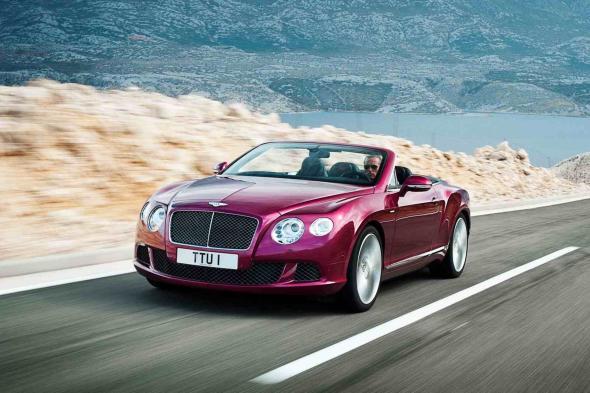 Der Bentley Continental GT Speed Convertible auf der Landstraße.