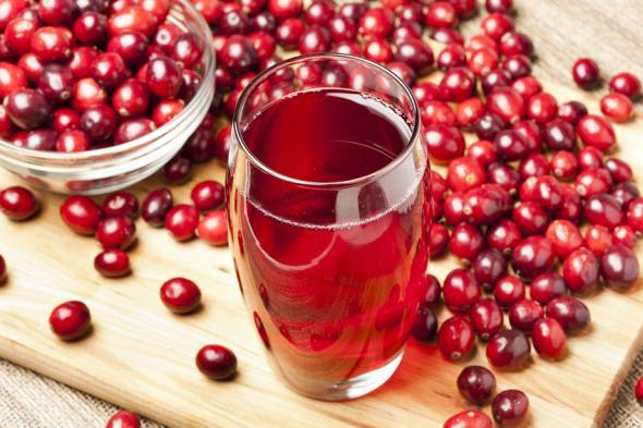 Cranberrysaft kann unterstützend bei einer Blasenentzündung wirken.