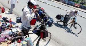 Dabbawalla beladen die Dabbas auf ihre Fahrräder.