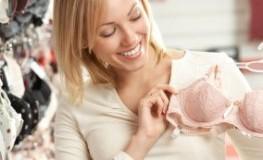 Damenunterwäsche: Junge Frau möchte einen BH kaufen