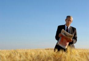 Das Geschäft mit dem Hunger -  CEO steht mit Börsenkurse im Weizenfeld