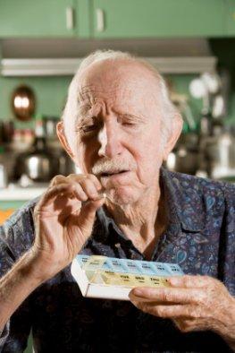 Ein älterer Mann leidet unter Demenz.