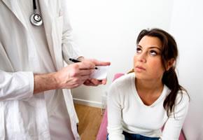 Der Arzt diagnostiziert eine Blasenentzündung