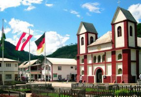 Der Dorfplatz und die Kirche von Pozuzo in Peru