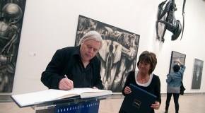 Der Künstler H.R. Giger gibt Autogramme auf der Ausstellung