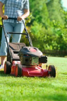 Rasenmähen - der letzte Rasenschnitt im Jahr bevor der Winter kommt