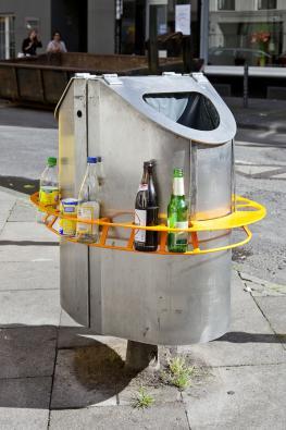 Pfandring auf einer öffentlichen Mülltonne.