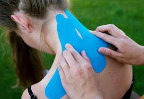 Der Physiotherapeut hat ein Kinesio-Tape angelegt