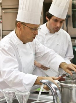 Der Sternekoch Heinz Beck in der Restaurantküche des La Pergola