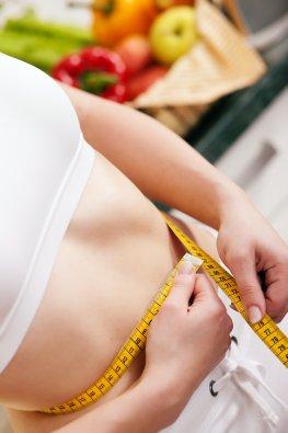 Der Taillenumfang wird gemessen