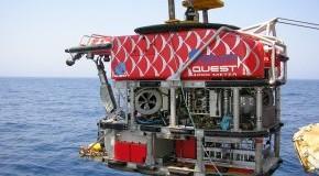 Der Tauchroboter MARUM-QUEST wird zu Wasser gelassen