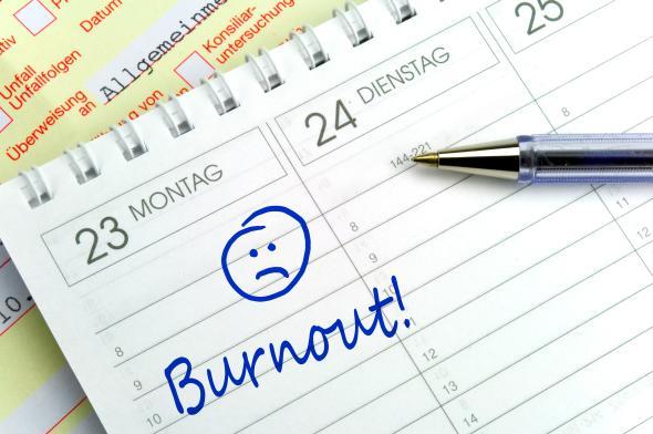 Das Burnout Syndrom wurde im Kalender eingetragen. Im Hintergrund liegt die Krankmeldung.