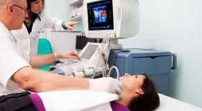 Diagnose Hashimoto Thyreoiditis - Untersuchung mit Ultraschall beim Arzt