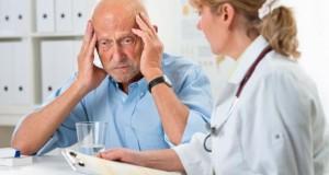 Ärztin spricht mit einem Patienten