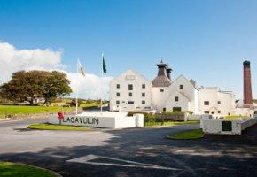 Die Destillerie Lagavulin auf der Insel Islay