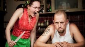 Die Frau bindet ihren Mann in ihre Wahnvorstellungen mit ein