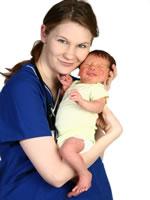 Die Hebamme unterstützt schwangere Frauen