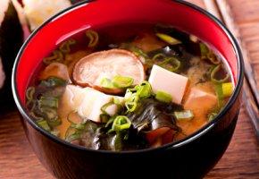 Die klassische Miso-Suppe mit Pilzen