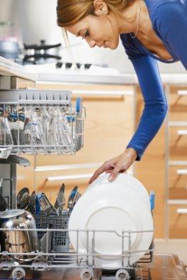 Studie belegt: Hausfrauen und -männer können ihre Spülmaschine nicht korrekt bedienen