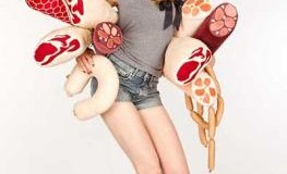 Junge Frau mit unterschiedlichen Wurstkissen