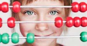 Junges Mädchen vor einem Abacus Rechenschieber