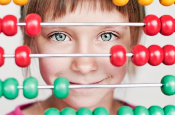 Junges Mädchen vor einem Abacus Rechenschieber.