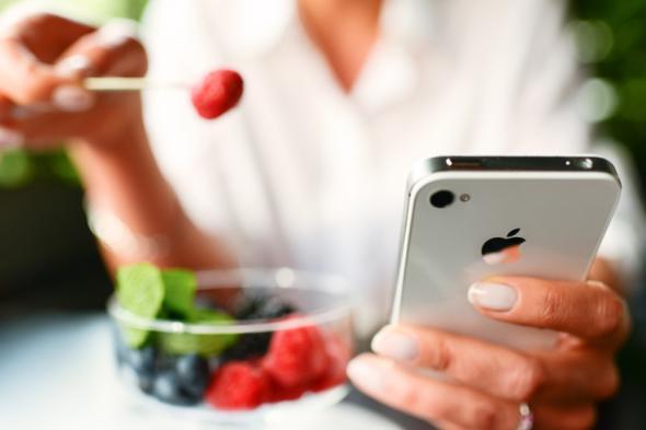 Das Smartphone mit Gesundheits-Apps liefert keine seriösen Diagnosen.