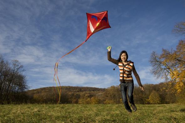Im Herbst lassen Kinder mit viel Spaß ihren Drachen steigen.