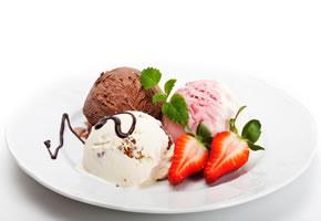 Drei Eiskugeln angerichtet auf einem Teller