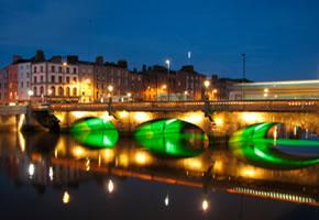 Dublin bei Nacht, die Brücke führt über den Liffey