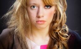Dysmorphophobie - die junge Frau findet sich hässlich