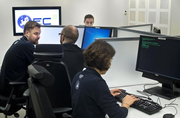 Europol: Mitarbeiter des Cybercrime Centre in Den Haag bei der Arbeit.
