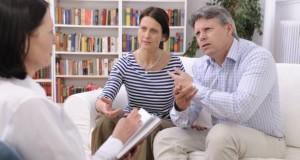 Ehepaar macht eine Paartherapie bei einer Therapeutin.