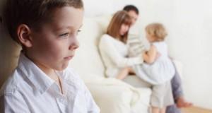 Auch Kinder empfinden in jungen Jahren was es bedeutet, wenn man Neidisch und Eifersüchtig ist.
