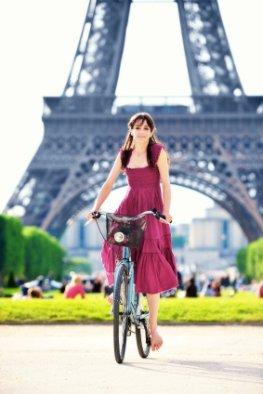 Am Eiffelturm - Pariserin unterwegs mit dem Fahrrad