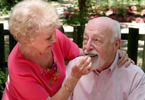 Ein älterer Mann der an der Altersdemenz leidet