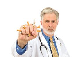 Ein Arzt mit Zigaretten