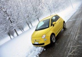 Ein Fiat 500 in einem kräftigen Gelb