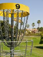 Ein Frisbee-Golf-Korb wo die Scheiben landen sollen