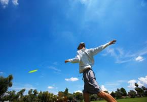 Ein Frisbee-Golfer beim Abwurf