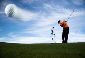 Ein Golfer beim Abschlag