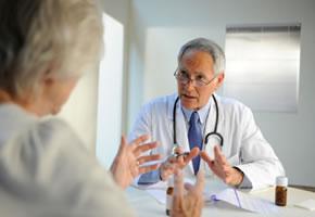 Ein Heilpraktiker im Gespräch mit einer Patientin