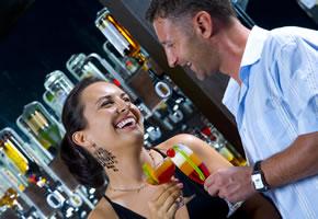 Schüchternheit: Ein heißer Flirt in einer Bar